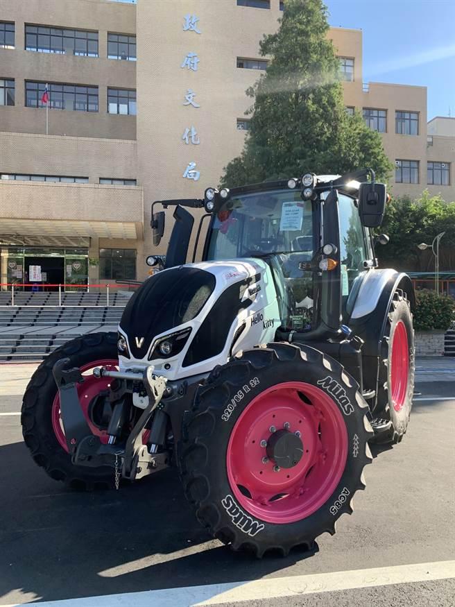 今年台灣國際農業機械暨資材展共有800個攤位,其中有1位代耕業者特別訂製粉白色Hello Kitty寶馬牌曳引機送給老婆。(姜霏攝)