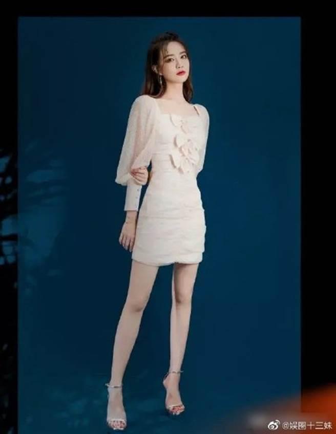 徐璐穿上一套薄紗短裙拍寫真大秀美腿。(圖/摘自微博@娱圈十三妹)