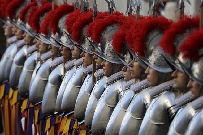 梵蒂岡的宗座瑞士近衛隊,堪稱全球歷史最悠久的常備兵組織,其職責是協助保護教宗、重要人物和所有屬於教宗的建築,任務重大。(美聯社)