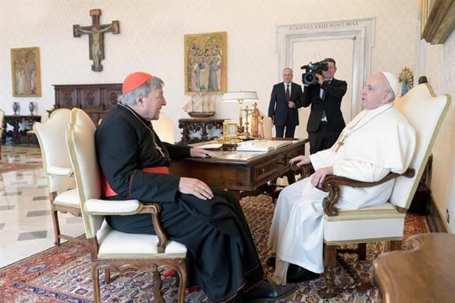 高齡83歲的教宗方濟各(右),12日接見澳洲籍樞機主教佩爾,2人和教廷攝影官、佩爾的秘書都沒戴口罩。(美聯社)