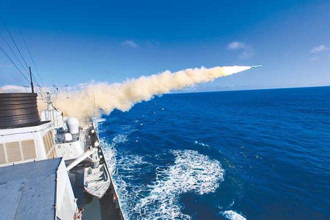 圖為海口艦在某海域參加實彈演習中,發射反艦導彈。(中新社)
