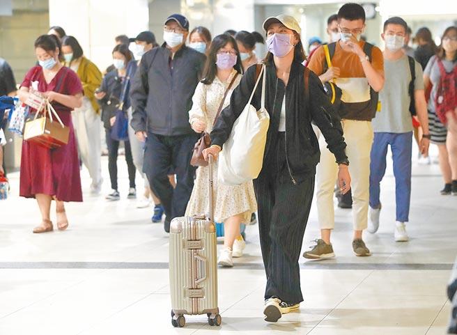 國慶連假最後一天,台北火車站出現北返人潮,準備上班上課。(鄭任南攝)