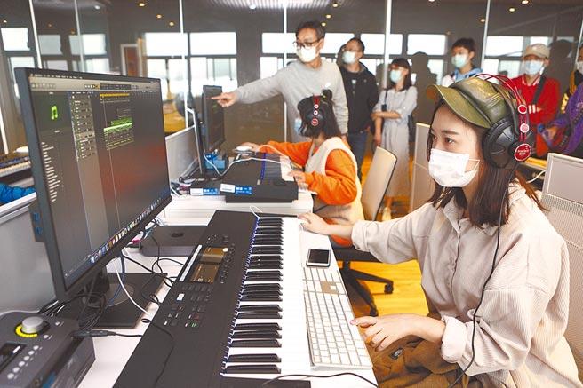 台北城市科技大學流行音樂事業系,邀請學生與家長體驗編曲教室的各項軟體與設備。(本報資料照片)