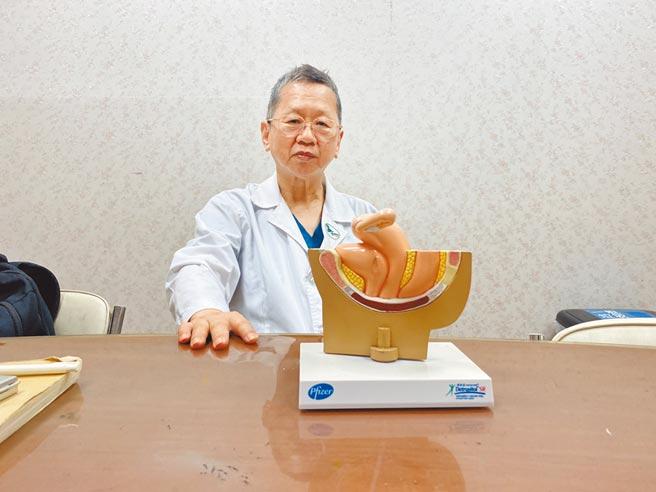 廖基元是「祖父級」婦產科醫師,憂心花蓮醫療資源分布不均,70歲仍在崗位上替婦女搶救,未曾想過退休。(羅亦晽攝)
