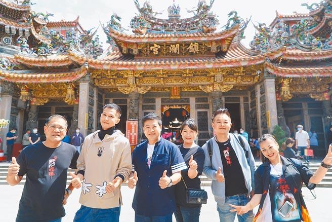 《粽邪》男主角鄒承恩(左二)驚喜現身大甲鎮瀾宮。(華影國際提供)