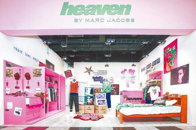 位於新光A11館一樓的限定店,貼滿電影《Totally F***ed Up》的海報,粉色衣櫥超亮眼,裝潢彷彿青少年臥室。(粘耿豪攝)