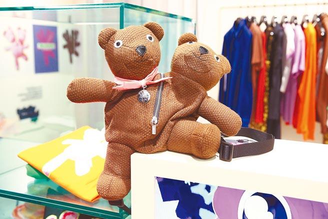 Marc Jacobs雙頭熊後背包超萌外表,其中意涵則貫穿品牌理念,1萬4900元。(Marc Jacobs提供)