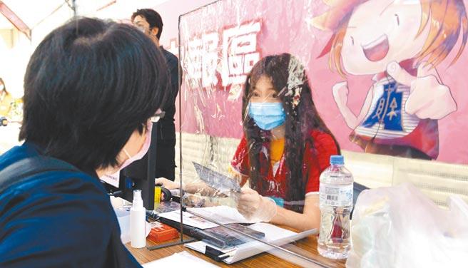 台商匯回資金,若從事實質投資可減稅。圖為民眾前往台北國稅局報稅。(本報系資料照片)