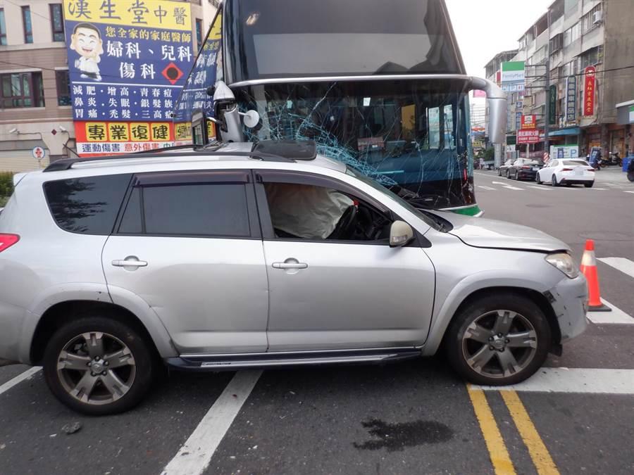 台中市大里區中興路二段與現岱路口12日清晨5時47分發生自小客與全航客運車禍意外。(民眾提供/馮惠宜台中傳真)