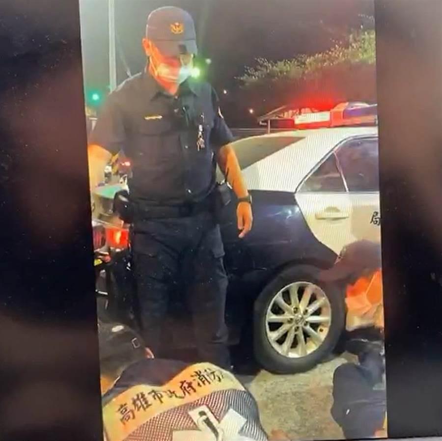 消防局人員對薛冠洲做CPR。(翻攝照片/林瑞益高雄傳真)