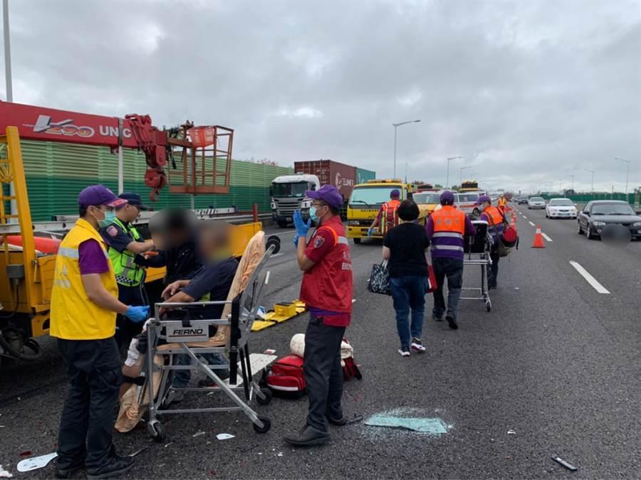現場為多車追撞所引發車禍,造成7位民眾受傷,均意識清楚、無生命危險。(姜霏翻攝)