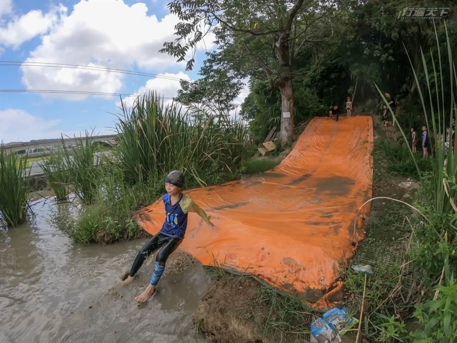 農場還有設泥巴划水道,一起炸出超大泥水花吧。(圖/行遍天下提供)