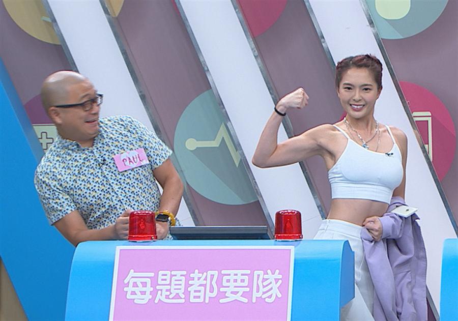 黄沐妍(右)晒肌肉。(民视提供)