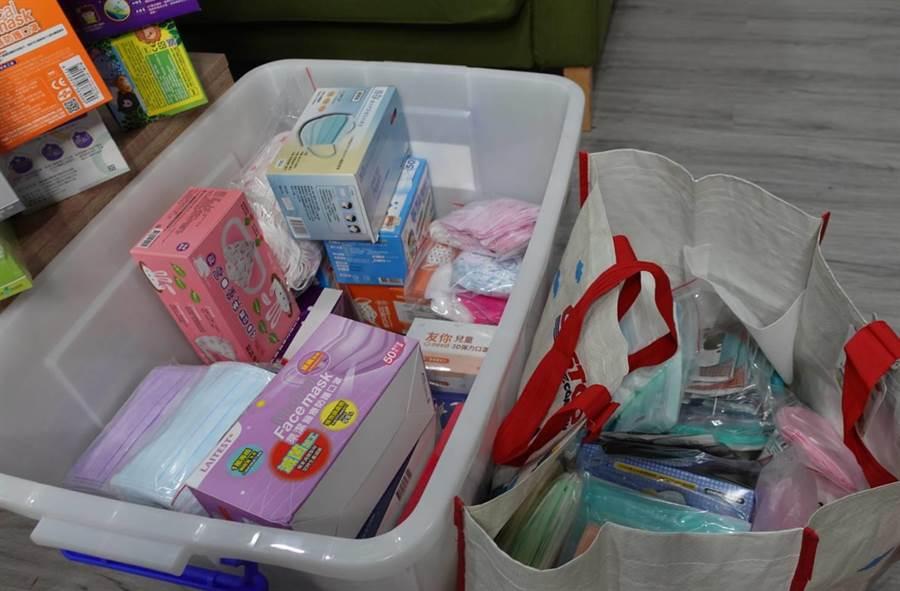 古曜威收集超过百款口罩,房间走道都被塞满。(照片/游定刚 拍摄)
