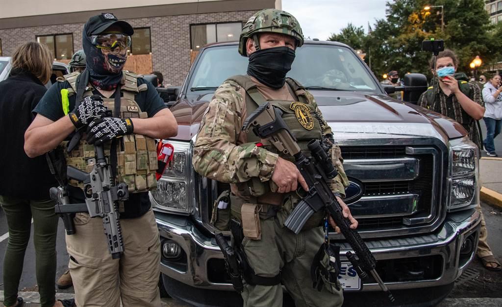 美國極右派組織「守誓者」(Oath Keepers)成員和其他武裝民兵9月24日在美國肯德基州路易維爾(Louisville)市區的檔案照。(Amy Harris/Shutterstock)