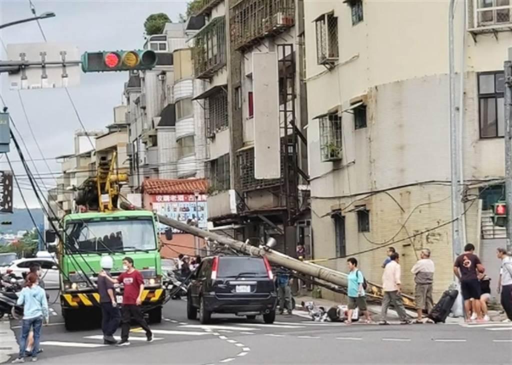 北投大興街電線杆突倒塌,一名女騎士遭壓傷送醫搶救。(照片/翻攝《台北之北投幫》社團)