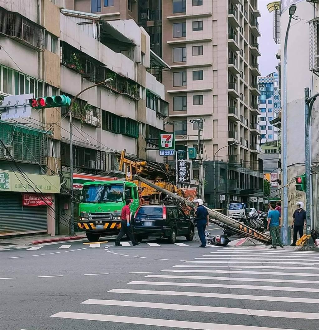 一名女騎士行經北投大興街遭突倒塌電線杆壓傷。(照片/翻攝《台北之北投幫》社團)