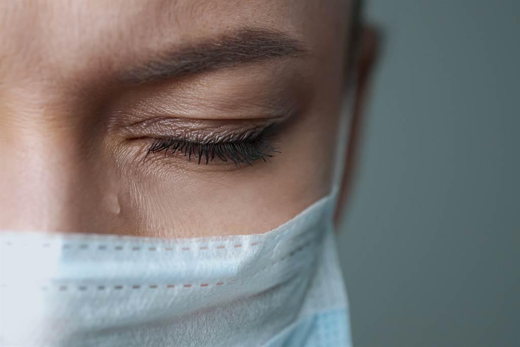 全國醫師工會表示,醫護克服恐懼並挺立在各自崗位上則是天職。然而,面對謠言或是工作帶來的歧視,就不是醫師能夠承受的。(圖/Shutterstock)
