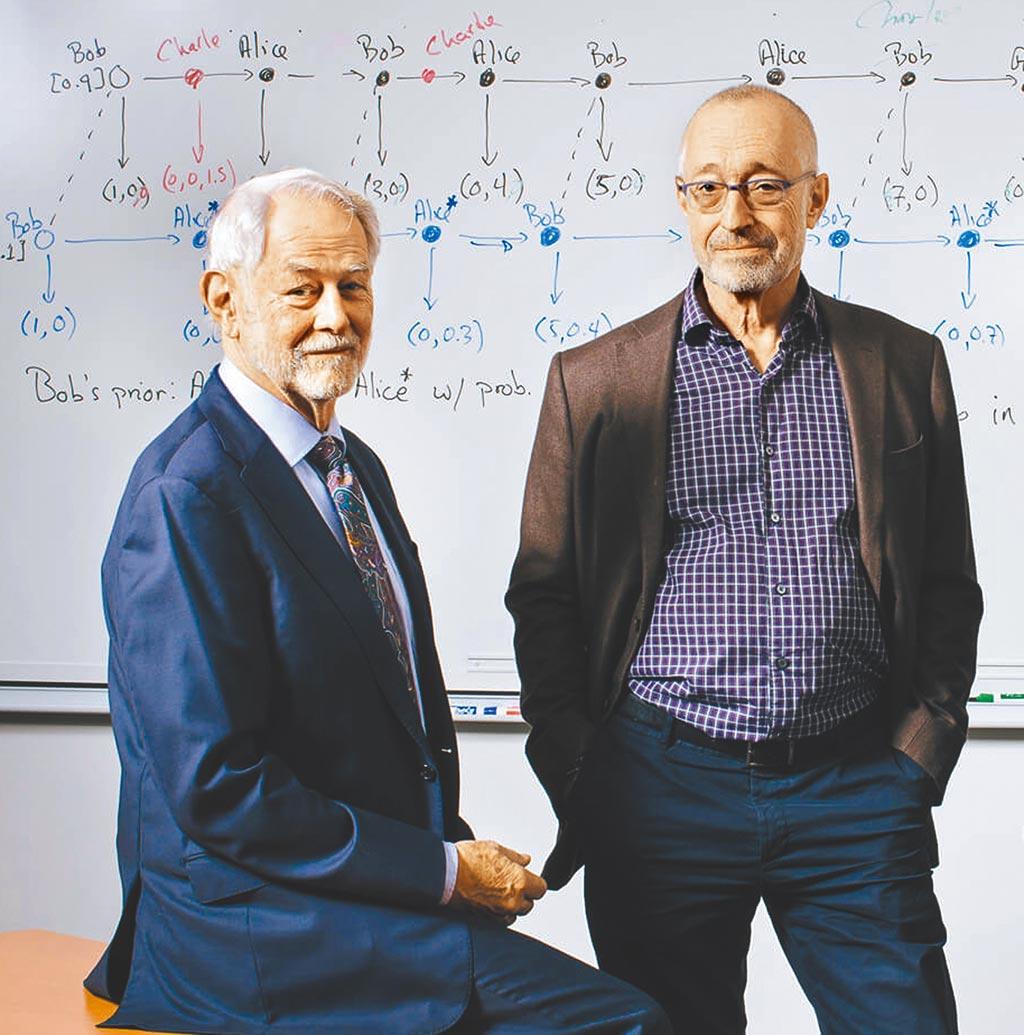 美國史丹福大學經濟學者米爾格羅(Paul R. Milgrom,右)與威爾遜(Robert B. Wilson,左)共同獲得今年諾貝爾經濟學獎。(摘自史丹福大學官網)