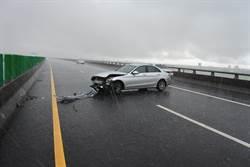 天雨路滑國5蘇澳段 車輛打滑撞護欄3人傷