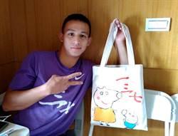義守大學激發學生正面觀 邀藝術家阿布帶領「義術創作籃圖」彩繪