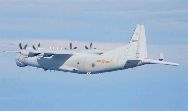 擾台的共軍運-8是以運輸機體進行改裝的反潛機,具有部份電子偵察功能。(圖/國防部)
