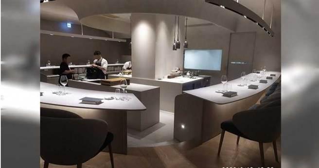 「Liberté」以白色為基調的裝潢明亮素雅,餐桌則以廚師為中心圍繞在周邊,一客法式料理要價台幣4800元起跳,消費相當高檔。(圖/翻攝畫面)