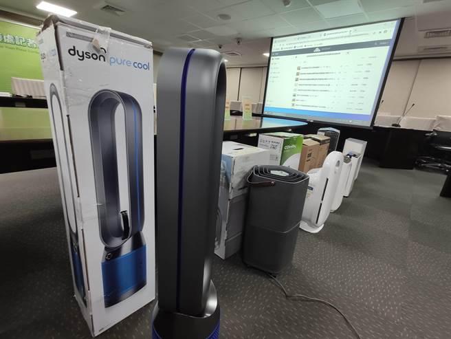 消保处首度公布巿售空气清净机的效能排名,结果发现不会价格愈贵,效能就愈好。(陈人齐摄)