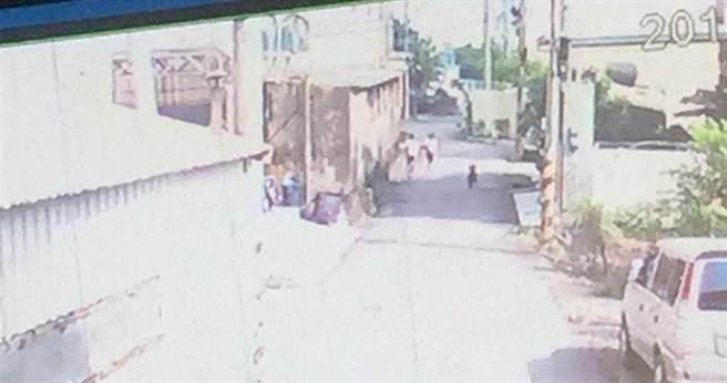 黄姓女童和女同学遭吴姓男子所饲养的黑狗吠追,2人吓得狂奔。(图/翻摄画面)