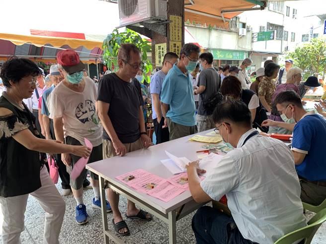 台中南區國光里13日在正義街國光里活動中心前發放敬老禮金給65歲以上的長者。(馮惠宜攝)