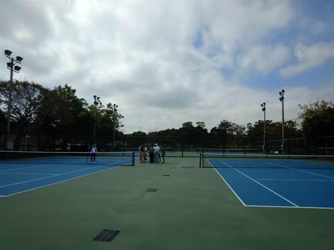 大甲網球場面積為2.5座網球場大小,推算1年可發電2.5萬度,供8戶全年住宅用電。(陳淑娥攝)