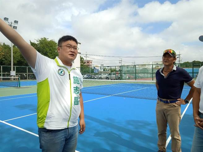 市議員施志昌邀相關單位會勘,爭取大甲網球場設置太陽能光電屋頂。(陳淑娥攝)