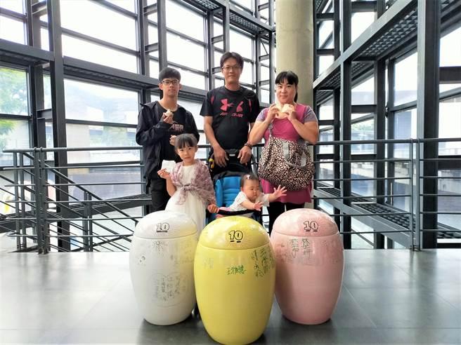 今年王小姐帶著先生及3位孩子,一起前來陶博館打開時空膠囊,(許哲瑗攝)