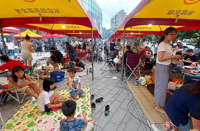永慶房屋今年協助近700場中秋與雙十活動,和民眾一起愉快共度佳節。(圖/業者提供)