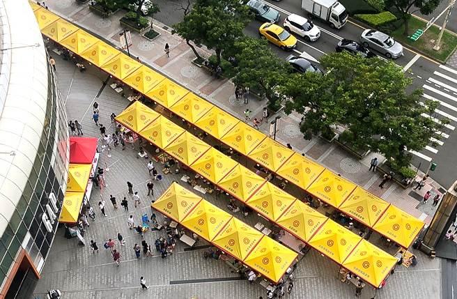 永慶房屋支援天母500人烤肉活動,從空中俯瞰,帳篷數量相當壯觀。(圖/業者提供)