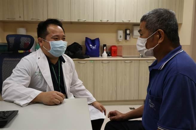 亞洲大學附屬醫院肝膽胃腸科主治醫師曾晟恩(左)向病患(非當事人)解釋絲瓜葫蘆素對人體的影響。(亞大醫院提供/林欣儀台中傳真)