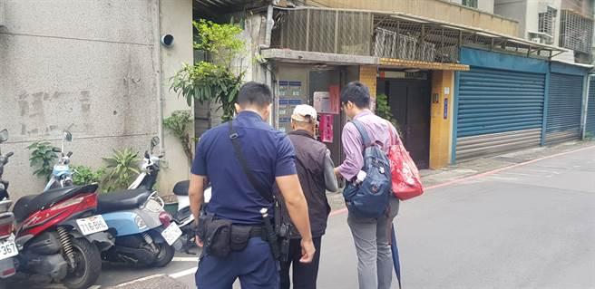 新北市永和警分局警員協助老翁返家。(永和警分局提供)