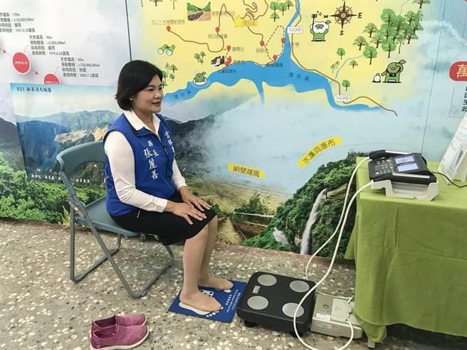 台大實驗林團隊以科學儀器分析民眾登山前後的身心變化,雲林縣長張麗善率先體驗量測身體質量。(周書聖攝)