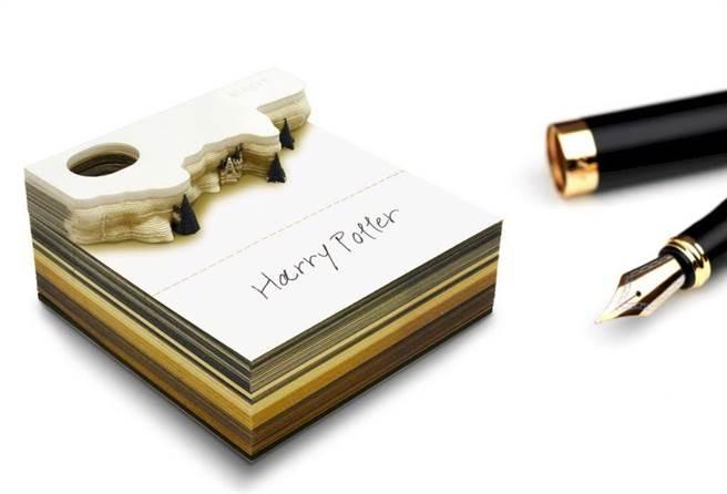 將便條紙撕完就會浮現霍格華滋。(圖片來源:caseplay.jp)