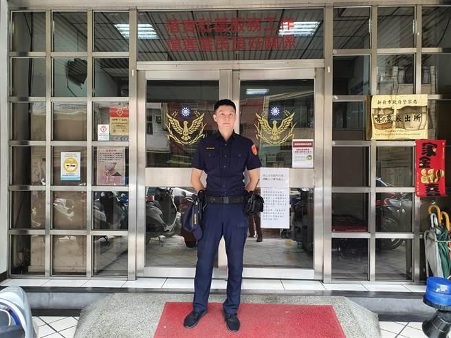 新北市新店警分局青潭派出所警员李文宏安抚6岁高姓男童并护送他返家。(新店警分局提供)