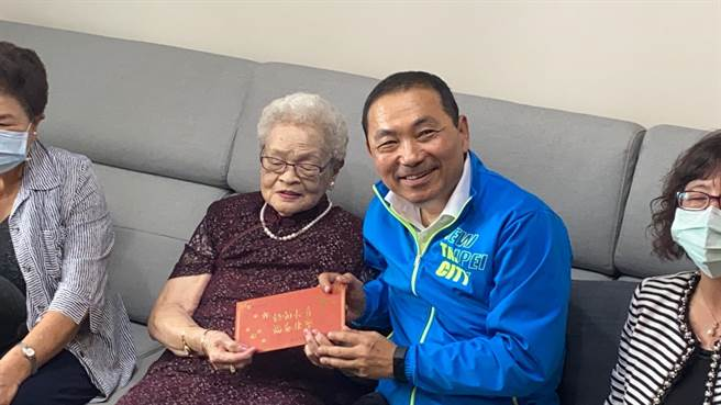 新北市長侯友宜13日上午前往蘆洲探望102歲張珠阿嬤(戴上容攝)