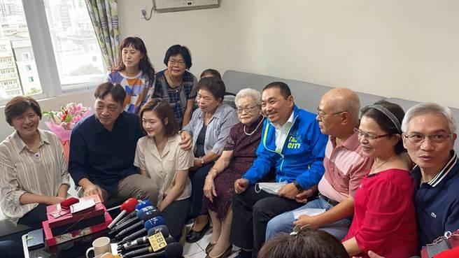 張朱阿嬤和他的家人以及新北市長侯友宜(戴上容攝)