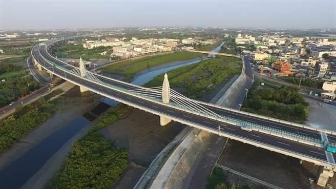 西濱快速道路王功水鳥造型脊背景觀橋成為彰化西南角地標。(交通部公路總局提供/吳敏菁彰化傳真)