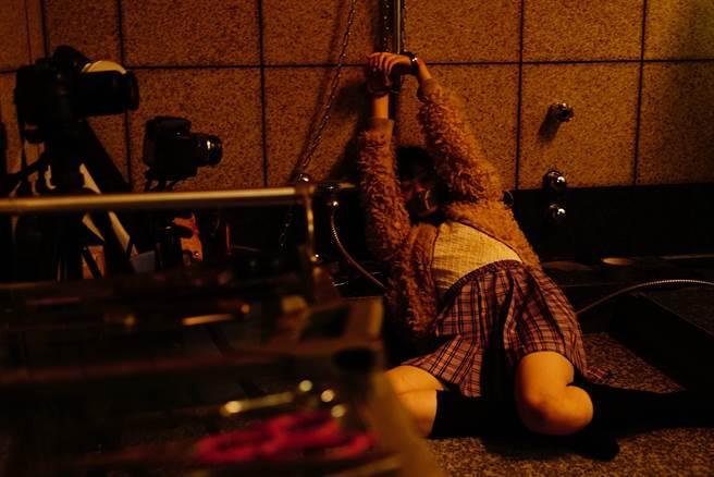 電影充滿暴力元素,衝擊觀眾視覺感受。(華映提供)