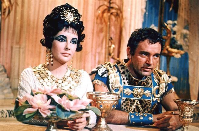 影史上最着名的埃及艷后电影,是1963年的版本,由伊丽莎白泰勒演出克奥佩托拉七世,李察波顿演出马克安东尼,这2人也因戏结识,曾经结过婚,之后合作过多部电影。(图/20世纪福斯)