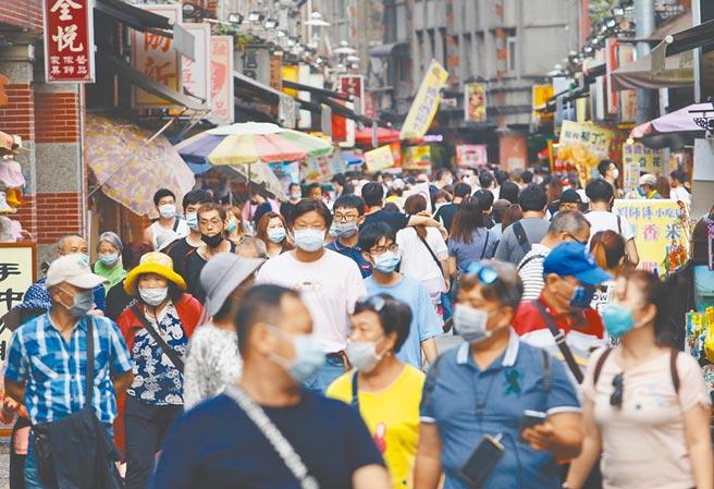 台灣東洋藥品宣布,取得德國BioNTech與美國輝瑞合作的新冠疫苗代理權,明年第一季可望交貨1000萬劑,面對冬季疫情,國人可暫時鬆一口氣。(本報資料照片)