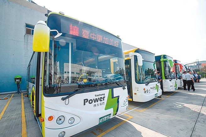 台灣在智慧電動車發展漸有成果,很多大眾載具都已用電動車。圖為台中市府加速業者引進電動公車,降低公車廢氣排放量,並將所有電動公車車頭及車尾,統一以白底搭配綠色閃電標誌,提高辨識度。(盧金足攝)