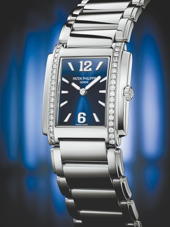 百达翡丽Twenty~4 4910/1200A-001蓝色表盘腕表,表壳两侧镶嵌36颗总重0.42克拉的钻石,约42万8000元。(Patek Philippe提供)