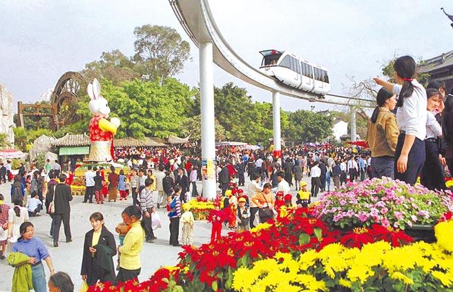 習近平深圳行宣示大陸會更開放。圖為大陸首條城區高架單軌列車——深圳華僑城歡樂幹線開通。(中新社)
