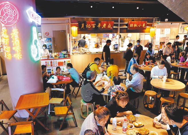 10月8日,遊人在上海豫園的老城隍廟小吃世界內用餐。(新華社)